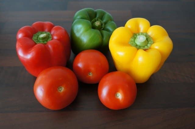 Verschiedene Paprika und Tomaten